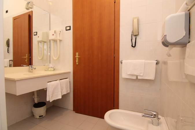 camera-tripla-hotel-filippone-gioia-dei-marsi-5