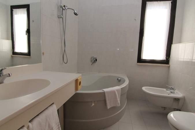 camera-tripla-hotel-filippone-gioia-dei-marsi-marsi-10