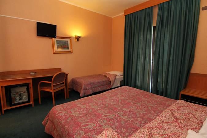 camera-tripla-hotel-filippone-gioia-dei-marsi8